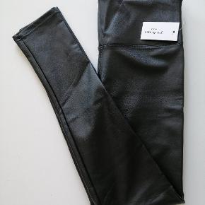 618.   My & Me Læder look 10% pu 75% Polyamid 15% Elastane Liv 70cm med stretch Ben 70cm med stretch Ankel 24cm med stretch