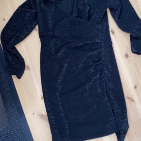 Brugt 3 gange. Kjolen sidder stramt og er med sølv glimmer. Kjolen er købt på gestuz egen hjemmeside.