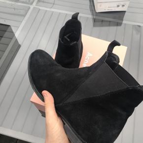 fed sko, up dit fashion game på ingen tid! kan gå til alt. gav selv 4000 ca for dem, jeg giver dem næsten væk, fitter 42-45. der følger kvittering box dustbag med. alle bud er velkomne