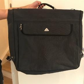Taske til jakkesæt fra aries travel.  Kom med et bud, kan hentes i Lyngby eller sendes på købers regning 🌸