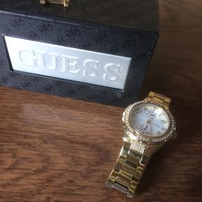 """Super flot ur i """"guld"""" med små fine sten, der er ekstra led og box med. Uret skal have nyt batteri"""