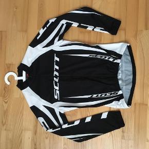Brand: Scott Varetype: Cykeltrøje Størrelse: S Farve: Sort/hvid Oprindelig købspris: 1099 kr.