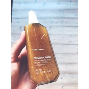 Aldrig brugt (tåler ikke parfume)  Kevin Murphy - Shimmer Shine 100 ml Kevin Murphy har skabt denne fantastiske SHIMMER.SHINE med lysreflekterende ingredienser, som også anvendes i eksklusive hudpleje-produkter, og uden anvendelse af olier. De reflekterer lyset og giver fantastisk SHIMMER.SHINE uanset hvilken hårfarve du måtte have. Ved at tilføje produktet Baobab kerne olie, bliver det fantastisk til at skabe elasticitet, holdbarhed og fugt.