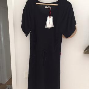 Sort kjole i fint strik der falder blødt