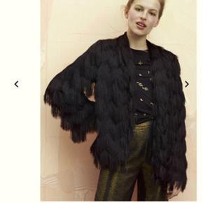 Stine Goya York Fringe Midnight Jacket sælges da jeg ikke får den brugt. Den er købt for en måned siden og har stadig mærke, derfor er den så god som ny  Byd gerne