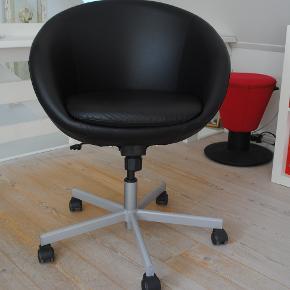 Ikea SKRUVSTA rulle kontorstol i sort kunst skai. Rigtig fin stand.