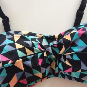 Brand: Wiki Varetype: Bikini overdel Farve: Multi Oprindelig købspris: 349 kr.  Str 75c Balconette Kun brugt et par gange dvs som ny