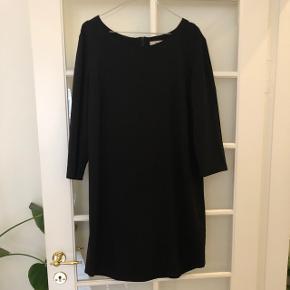 The little Black dress der aldrig kommet til at se slidt ud pga. Kvaliteten. Når til over knæene. Lynlås bagpå og smuk pasform.