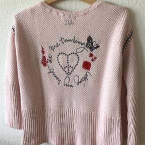 Meget flot  lyserød Odd Molly sweaters, fejler intet . Bomuld . Sweaters str. 1  Brystvidde 52x2  Længde 60 cm Ærmlængde målt fra ærmgab  39cm   400 kr
