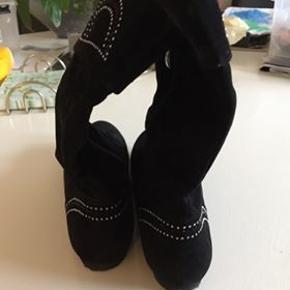 sort støvle i str 39 ( lille i størrelsen )  kun brugt få gange. køber betaler porto