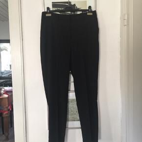 Monki baggy bukser med smalle ben i str 44, passer bedst str 42. Aldrig brugt. Pris 100,- pp Bytter ikke.