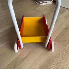 Rød og gul brio gåvogn. Brugt til et barn i ca. 1/2 år. God stand - enkelte brugsmærker. Ny pris 300kr.