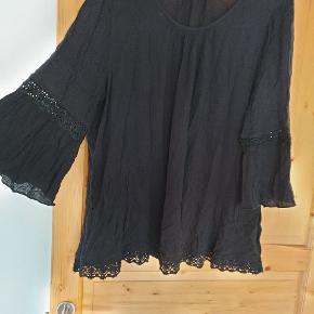 Mærket hedder Yessica....og blusen er sort med 3/4 ærmer og blonder