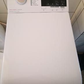 Topbetjent aeg vaskemaskine lige under to år gammel. Har mange programmer også uld og håndvask godkendt. Se specifikationer på flg. Link https://www.aeg.dk/laundry/laundry/washing-machines/top-loader-washing-machine/l6tdn641g/  Virker helt som ny, sælges kun pga. Flytning. Sælges fra røg- og dyrefri hjem. Pris fra ny 4000 kr. Derudover følger alle tilkoblingsslanger og aquastop følger med.