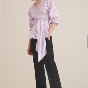 Gestuz Wray blouse str.34 i lyseblå striber  Bluse med slå om detalje fortil og ballonærmer. Brugt få gang ingen brugsspor   97% Cotton,3% Elastane