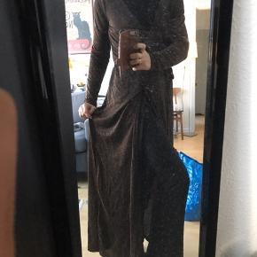 Lang slå-om kjole med bronze glimmer