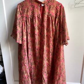 Aldrig brugt - smuk kjole et ærme ned til albuen