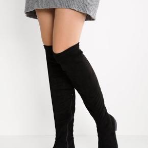 Overknee støvler fra Bianco, købt sidste efterår/vinter. Støvlerne er i str 39 og er almindelig i størrelsen. Støvlerne er lavet i elastisk materiale, så de sidder godt til benet og ikke glider ned. Materialet ligner ruskind og er elastisk, så det tilpasser sig ens ben.  Støvlerne er brugt meget lidt og er derfor i rigtig din stand.   Kan sendes eller hentes i Kbh ☀️