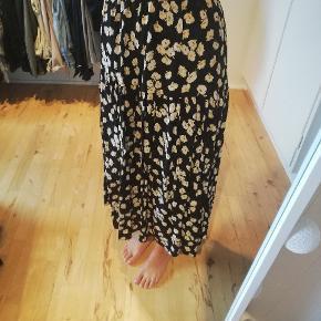 Så fin nederdel fra MbyM, som passer som på billedet (jeg er en small), men med elastik så en evt  XS også kan bruge denne.  Aldrig brugt.  Byd :-)