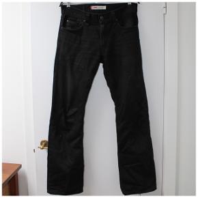 Sorte Levis 506 bukser/pants/jeans/trousers - (BYD)  Waist: 31 Length: 32  Se sidste billede for patina  Skriv gerne for mål, nærbilleder eller andre spørgsmål. /alle priser er eksklusiv fragt/  Tags: denim, vintage, 90s, 80s, skater