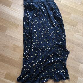 Aldrig brugt. Mørkeblå nederdel.