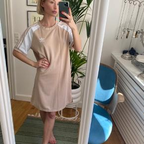 Lækker casual kjole fra Adidas. Brugte den for et par år siden, men nu hænger den bare, hvilket er synd. Fremstår uden fejl, skader el.lign. 🌸  str. 34