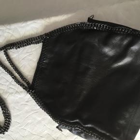 Super fed taske, har desværre aldrig fået den brugt. Der følger en lang kæde med så den kan bruges til Crossbody