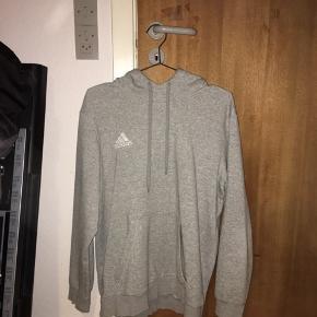 Adidas hættetrøje i grå, som man ikke går galt i byen med.  Lækker kval Kan både bruges til sport og hverdagsbrug