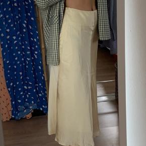 Sælger denne smukke silke nederdel fra custommade i creme hvid. Den er aldrig brugt eller vasket, kun prøvet på et par gange. Den er en smule krøllet, efter at have ligget i en skuffe, men efter en dampning eller strygning er den super fin igen.   Nypris : 1200 kr.  model : Paja   Prisen er fast + fragt.  Ved køb af 2 varer eller mere, betaler jeg for fragt.  #30dayssellout
