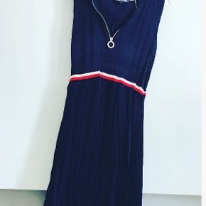 Meget smuk Tommy Hilfiger kjole, den er aldrig brugt. Nypris var 850 kroner, jeg sælger den for 300 kroner, idet den er helt ny. Den er størrelse 6 US, hvilket svarer til en størrelse small.