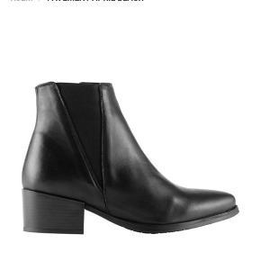 Næsten nye og ubrugte støvler fra Pavement. Ægte læder, og passer til alle outfits!