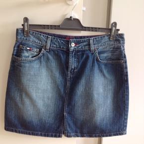 Skøn denim nederdel str L/XLfra Tommy Hilfiger. Med lynlås og knaplukning samt lille slids foran. Brugt en enkelt gang, så fremstår som ny. Nypris 999,- Livvidde: 90 cm Længde: 43 cm
