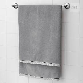 5 x Flotte håndklæder sælges samlet! Smuk grå farve med detaljer i lækker kvalitet! Nogle er aldrig brugt!  Efter et langt bad eller et forfriskende brusebad er der ikke noget bedre end at fuldende oplevelsen med et blødt og absorberende håndklæde. Dette håndklæde har en bort, der understreger følelsen af luksus og kvalitet.  Mål på håndklæder: 2 x grå, 50x100 cm 1 x grå, 70x140 cm 2 x grå, 100x150 cm Sælges samlet for 200kr