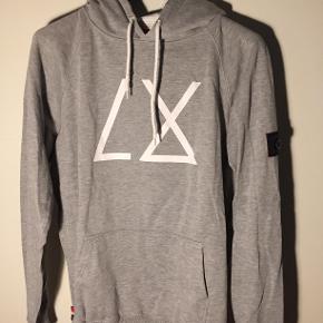 """Hej! Sælger min Le Fix hoodie, som er i en fantastisk stand! Den er i størrelse L, men er lidt større, så den fitter nok en XL.  Trøjen er meget lidt brugt, og der er ingen brugstegn eller slid på den overhovedet! Det er en model """"Le Fix hoodie LX Grey Melange"""" som har en ny pris på 800 kr.  Jeg sælger derfor min til 150 kr. Hvis du har nogle spørgsmål til trøjen, så spørg løs og jeg svarer hurtigst muligt  Tjek gerne mine andre annoncer ud, for en masse billige ting."""