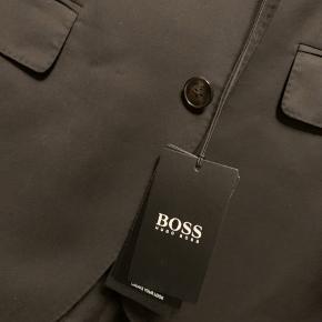 Helt nyt Hugo Boss jakkesæt i størrelsen 50 (98) Sælger på grund af fejlkøb Nypris 6500kr  Du er mere end velkommen til at komme og prøve det først😊
