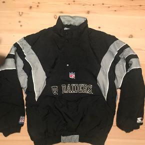 Anorak, str. XL, Starter (Oakland Raiders), Sort/Grå  En vintage NFL Oakland Raiders anorak af mærket Starter. Størrelse XL.  Jakken er brugt, og lynlåsen er gået i stykker ved halsen. Dog kan man stadig lukke den ved hjælp af knapperne, så den ikke er åbne til halsen hele tiden. (Se billede). Kan laves ved skrædder, hvis nødvendigt. Ellers i rigtig god stand.