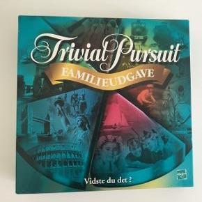 Brætspil Trivial Pursuit. Familieudgaven. Intakt - Intet mangler.  Ingen ridser i pladen. Meget velholdt. Med indlagt brugsanvisning/ spillevejledning.  Fra 8 år.  Man spiller fra 2 til 36 spillere.  Fast pris.