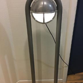 Brand: Defa Light Varetype: Havelampe Størrelse: se Farve: grå  Defa lampe med stander.    Lampen/stander har aldrig været monteret, men standeren har lidt skrammer. Se billeder.