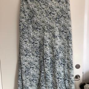 Smukkeste lange silkenederdel fra HM Premium. Str 42 men synes den er lille i str. fast liv og fine stiklommer i siden. Har desuden for.