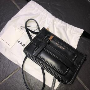 Denne taske er nogle nogle tegn på brug, men fremstår dog stadig flot. Skriv gerne hvis du vil have flere billeder af den.