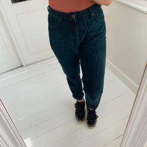 Bukser fra BDG Urban outfitters i grøn velour med mom-fit.  W: 27 L: 32