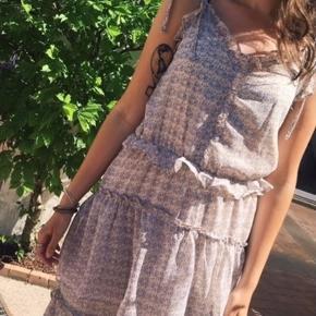 Super fin kjole til alle de kommende sommerdage. Den er så fin på. Kan piftes op med et bælte og evt stilletter. Så fin til job med en flad sko ☺️☺️  Se også alle mine andre annoncer 💃💃  Byd!