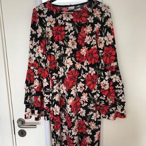 Blomstret kjole fra gina tricot med flare ærmer.  Byd!