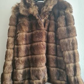 Lækker Faux Fur i mærket Nelly Trend.  Er prøvet på, dog aldrig blevet brugt. Syntes efterhånden det er synd at den lever i skabet, derfor sælges den.  Farve: Brun. Str: 42.  Nypris: 799 kr. Sælges for: 195 kr.