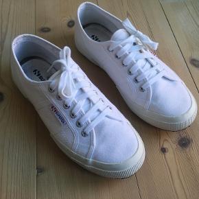 Hvide Superga Cotu Classic sneakers, str. 39.  De er normale i størrelsen, er måler ca. 25 cm i bunden.  Jeg kan sende med DAO til hele landet. Hvis du har spørgsmål, så skriv endelig :-)