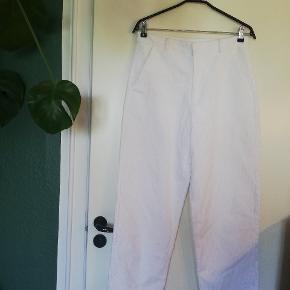 Så flotte hvide fløjlsbukser fra Collusion, købt på asos. Jeg plejer at bruge waist 32, men jeg kan ikke passe disse bukser. Se mål på billeder. Fitter omkring waist 29, men du kan eventuelt måle din talje 😇. Det næstsidste billede er længden