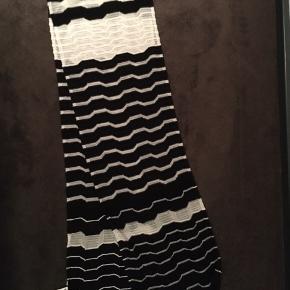 Missoni halstørklæde sort/hvid. Let tørklæde der kan bruges hele året. Bon haves.