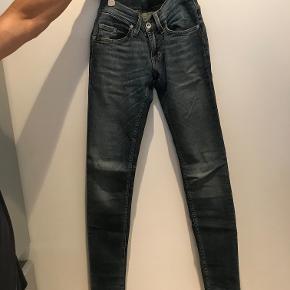 Super flotte skinny jeans fra Tiger Of Sweden str. 26/32. Super flot stand og næsten ikke brugt. Ny pris: 1199kr. Nu: 350kr. eller BYD