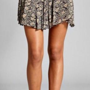 Smuk nederdel fransk str 40, svarende til dansk 38. I fin stand.