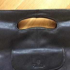 Stor taske. Ingen huller, men slid efter brug primært på bunden og i kanterne. Derfor den gode pris. Ville blive fin igen med en gang læderfedt. Højde 41 cm. Bredde 33 cm. Udvendig lomme samt lomme indvendigt.